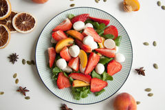 Ensalada fresca con la fresa, el melocotón y la mozzarella imagen de archivo libre de regalías