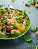 Ensalada fresca con la pechuga de pollo, el melocotón, la cebolla roja, los cuscurrones y las verduras en una placa verde Aliment Fotos de archivo