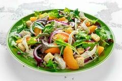 Ensalada fresca con la pechuga de pollo, el melocotón, la cebolla roja, los cuscurrones y las verduras en una placa verde Aliment Fotografía de archivo libre de regalías