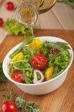 Ensalada fresca con las cebollas de la pimienta de los tomates Imagen de archivo