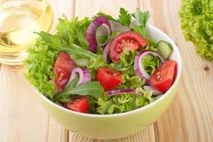 Ensalada fresca con las cebollas de los tomates de los pepinos Imagen de archivo libre de regalías