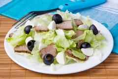Ensalada fresca con lechuga, carne y aceitunas Imagen de archivo