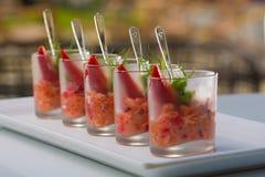 Ensalada fresca con los camarones, los salmones, el aguacate y las fresas Fotos de archivo