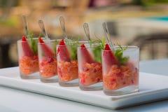 Ensalada fresca con los camarones, los salmones, el aguacate y las fresas Fotos de archivo libres de regalías