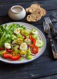 Ensalada fresca con los huevos de los tomates de cereza, de los pepinos, de las pimientas dulces, del apio y de codornices Foto de archivo libre de regalías
