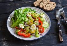Ensalada fresca con los huevos de los tomates de cereza, de los pepinos, de las pimientas dulces, del apio y de codornices Fotografía de archivo