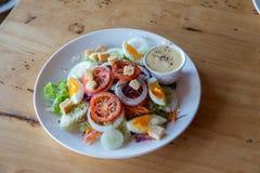 Ensalada fresca con los tomates de las verduras, los pepinos, la lechuga, las hojas de la ensalada y los huevos en espacio de la  foto de archivo libre de regalías