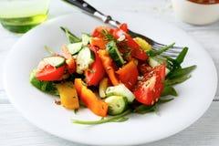 Ensalada fresca con los tomates, los pepinos y el arugula fotos de archivo