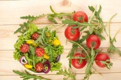 Ensalada fresca con los tomates pimienta y cebollas Foto de archivo