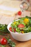 Ensalada fresca con los tomates pimienta y cebollas Imagenes de archivo