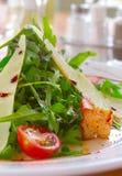 Ensalada fresca con un tomate, queso y la carne frita Fotografía de archivo