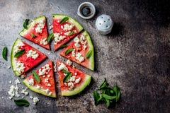 Ensalada fresca de la pizza de la sandía con el queso feta, la menta, la sal y el aceite en el fondo de piedra fotos de archivo libres de regalías