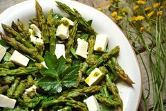 Ensalada fresca de la primavera con el espárrago y el queso feta Imagen de archivo