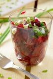 Ensalada fresca de las remolachas con la manojo-cebolla en vidrios Foto de archivo libre de regalías