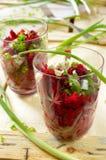 Ensalada fresca de las remolachas con la manojo-cebolla en vidrios Imagen de archivo libre de regalías