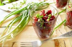 Ensalada fresca de las remolachas con la manojo-cebolla en vidrios Imagenes de archivo