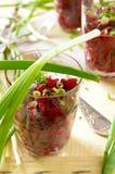 Ensalada fresca de las remolachas con la manojo-cebolla en vidrios Imágenes de archivo libres de regalías