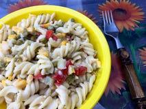 Ensalada fresca de los tallarines con pimientas y maíz en un cuenco amarillo Fotos de archivo