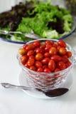 Ensalada fresca de los tomates del bebé Fotos de archivo