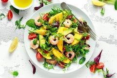 Ensalada fresca del aguacate, de los camarones, del mango con la mezcla del verde de la lechuga, tomates de cereza, hierbas y ace imagen de archivo