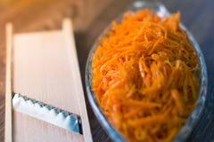 Ensalada fresca rallada de la zanahoria en una placa Imagen de archivo libre de regalías