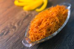 Ensalada fresca rallada de la zanahoria en una placa Imágenes de archivo libres de regalías