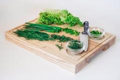Ensalada fresca, ensalada vegetariana, col en el tablero de madera en un fondo blanco foto de archivo