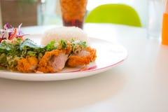 Ensalada frita pollo picante en Tailandia Foto de archivo