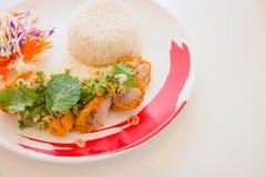 Ensalada frita pollo picante en Tailandia Imagenes de archivo