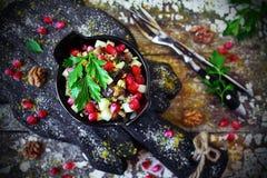 Ensalada georgiana con la berenjena y la granada Imagen de archivo libre de regalías