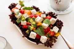 Ensalada griega con las verduras frescas, queso feta y Imagen de archivo libre de regalías