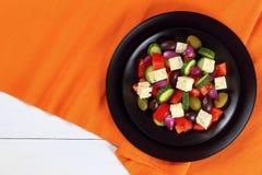 Ensalada griega con las verduras frescas, visión superior fotos de archivo libres de regalías