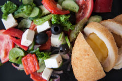 Ensalada griega con queso de cabra y aceite de oliva Imagenes de archivo