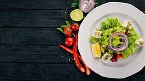 Ensalada griega de verduras frescas En un fondo de madera Visión superior Copie el espacio Foto de archivo libre de regalías