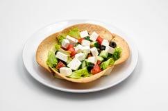 Ensalada griega en la tortilla foto de archivo libre de regalías