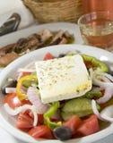 Ensalada griega en las islas griegas imagenes de archivo