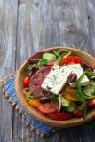 Ensalada griega hecha en casa de los tomates, de los pepinos, de las pimientas dulces, del queso, de las aceitunas y de los verde Foto de archivo libre de regalías