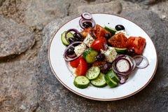 Ensalada griega hecha en casa de los tomates, pepinos, pimientas dulces, ch Fotografía de archivo libre de regalías