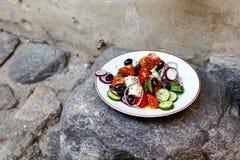 Ensalada griega hecha en casa de los tomates, pepinos, pimientas dulces, ch Imagen de archivo libre de regalías