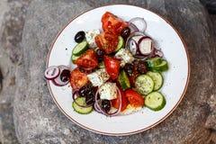 Ensalada griega hecha en casa de los tomates, pepinos, pimientas dulces, ch Imagenes de archivo