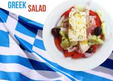 Ensalada griega sobre la bandera griega Fotos de archivo libres de regalías
