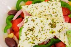 Ensalada griega, verduras, aceite de oliva, queso feta, especias Foto de archivo libre de regalías