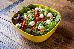 Ensalada hecha en casa con queso Gorgonzola y los tomates imagen de archivo