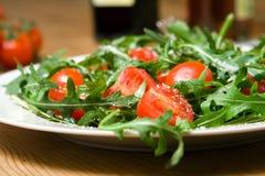 Ensalada italiana con rucola y los tomates Imágenes de archivo libres de regalías
