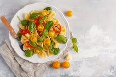 Ensalada italiana del farfalle de las pastas con las verduras, la albahaca y la espinaca Imagenes de archivo