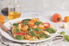 Ensalada italiana del farfalle de las pastas con las verduras, la albahaca y la espinaca Foto de archivo