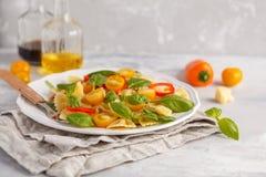Ensalada italiana del farfalle de las pastas con las verduras, la albahaca y la espinaca Fotografía de archivo