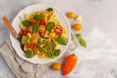 Ensalada italiana del farfalle de las pastas con las verduras, la albahaca y la espinaca Fotografía de archivo libre de regalías