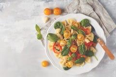 Ensalada italiana del farfalle de las pastas con las verduras, la albahaca y la espinaca Fotos de archivo libres de regalías