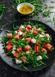 Ensalada jugosa del queso Feta del arugula de la sandía con la menta y anaranjado frescos, preparación del limón Plato del verano imagen de archivo libre de regalías